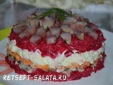 Слоеный салат из сельди с маринованными грибами