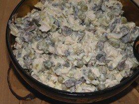 готовый салат с курицей и шампиньонами