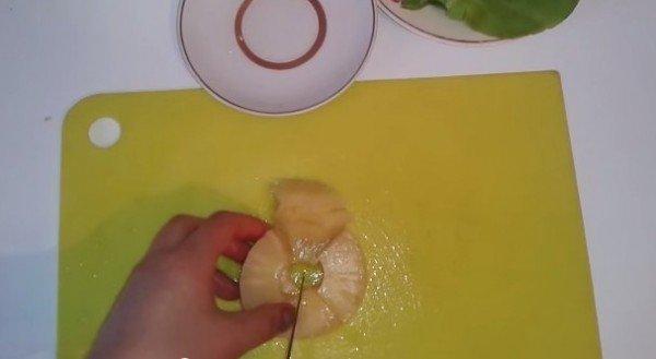 ананасы нарезаем кусочками