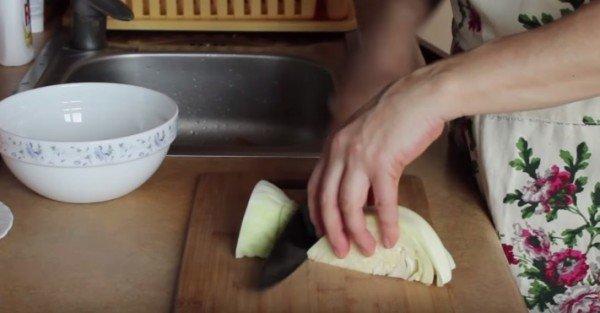 нарезаем тонко капусту