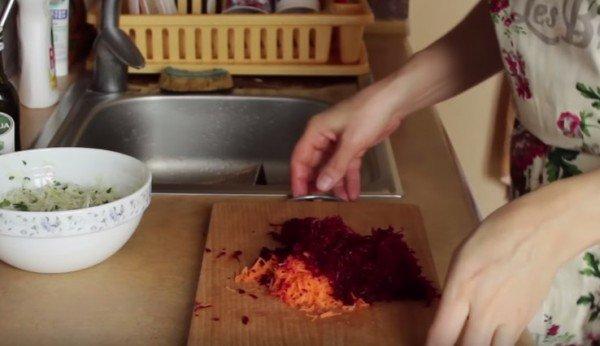 натираем на тёрке морковь и свёклу