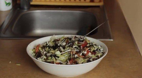 заправляем салат соком лимона, солью, сахаром и растительным маслом