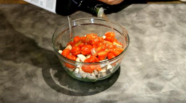 заправляем салат маслом авокадо