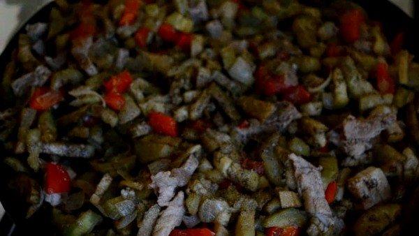 проверяем на готовность тушенные овощи с мясом
