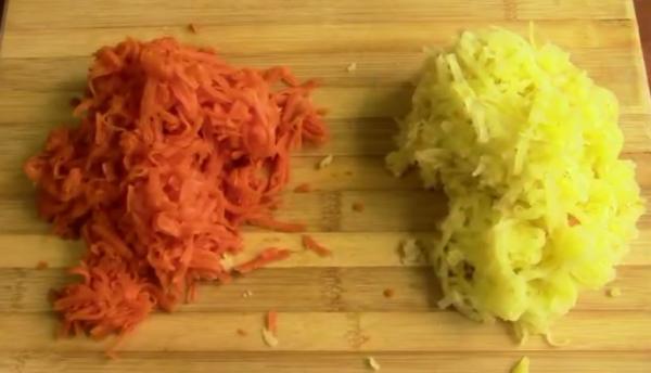 натрите морковь и картофель