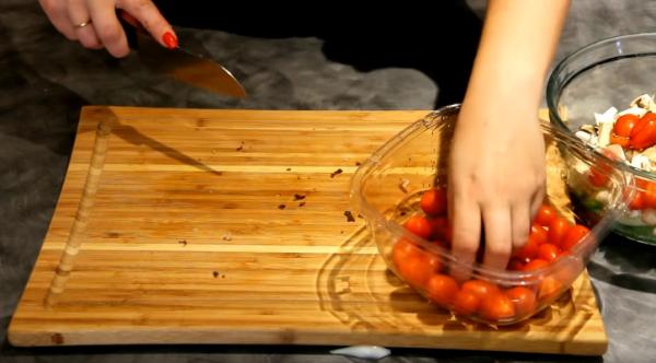 разрезаем пополам помидоры черри