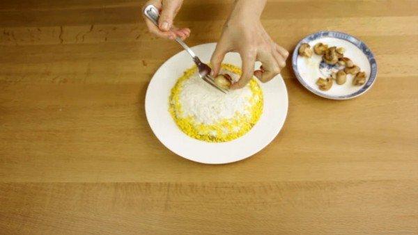 белок яйца натертый на терке укладываем ровным слоем