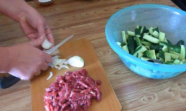 нарезаем мелко лук