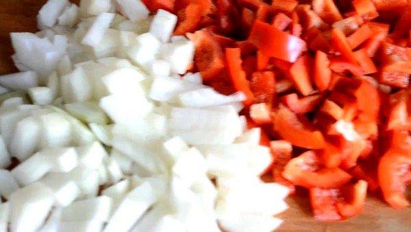 кубиками режем лук и болгарский перец