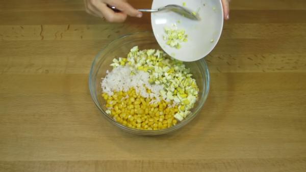 добавляем нарезанные яйца
