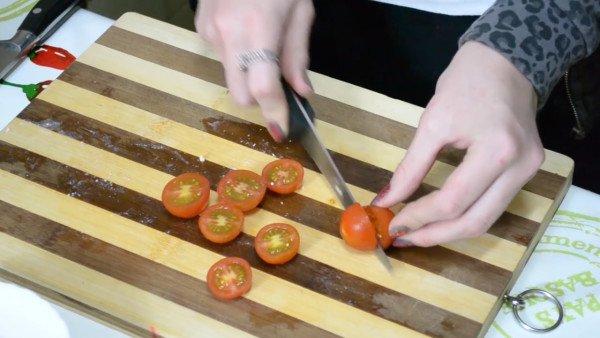 режем поперёк помидоры черри