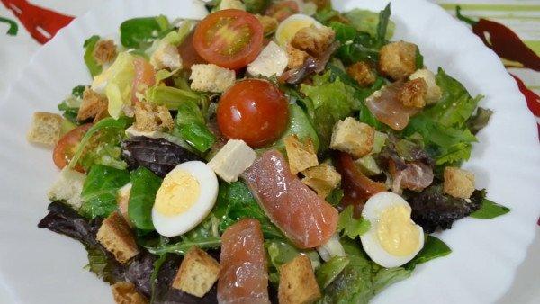 Салат со слабосолёной сёмгой