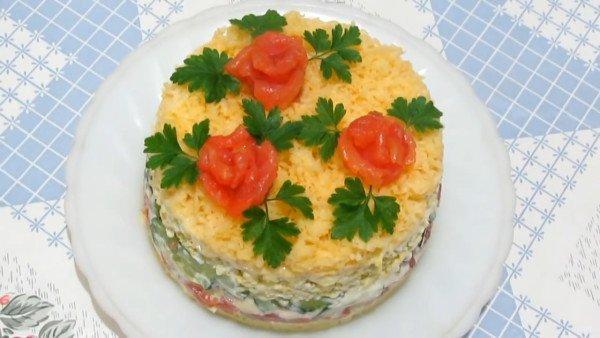 Слоеный салат с красной рыбой