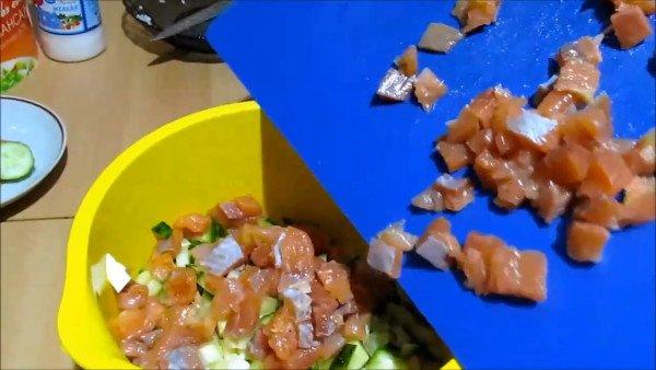 Нарезанную рыбу соединить с предыдущими ингредиентами.