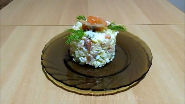 Салат с форелью и свежими огурцами