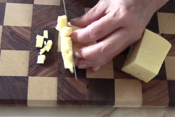 Нарезаем сыр