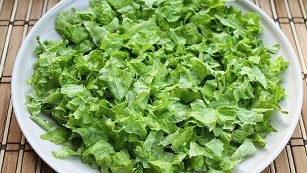 Листья салата порвать руками на кусочки.