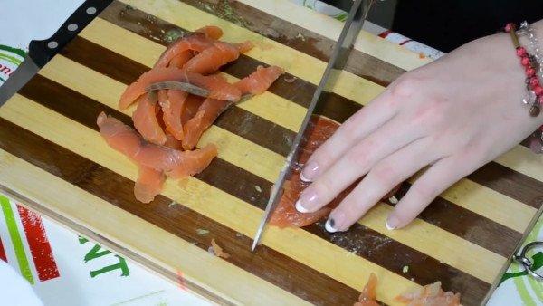 Сёмгу нарезать крупной соломкой и добавляем в салат.