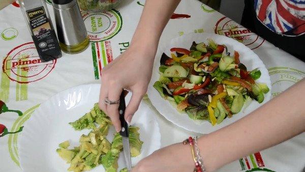 Салат выложить в тарелку и добавить авокадо.