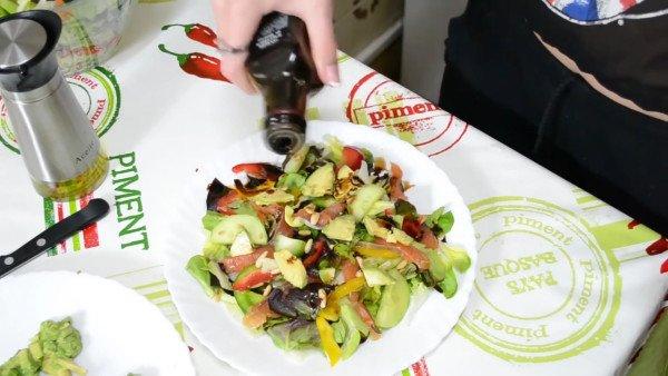 Салат заправить оливковым маслом и бальзамическим уксусом.