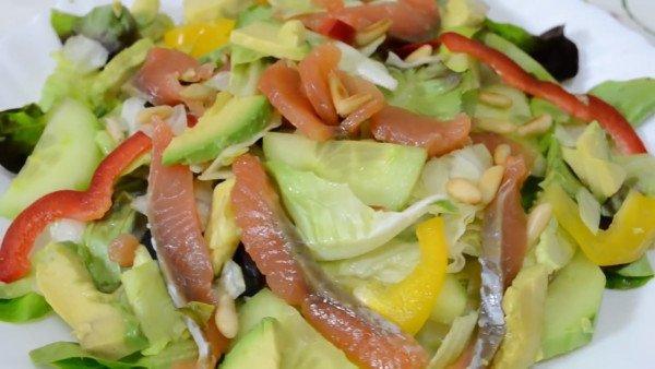 Салат с малосолёной сёмгой и авокадо