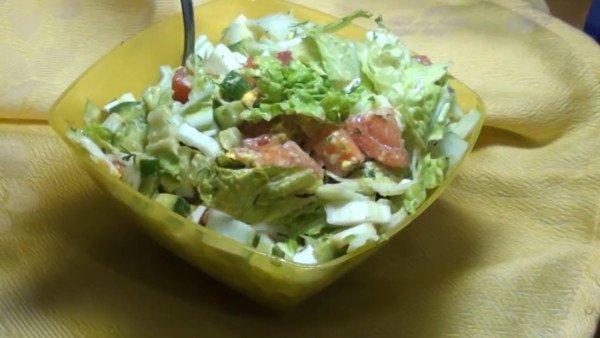 Салат с солёной сёмгой, огурцом и помидорами
