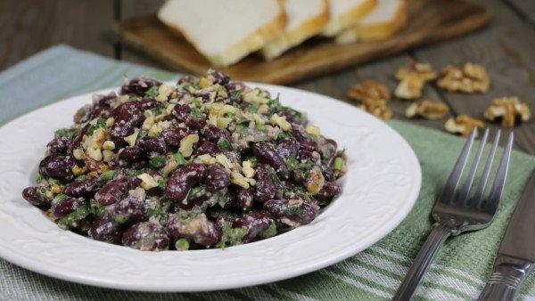 Постный салат с красной фасолью и орехами