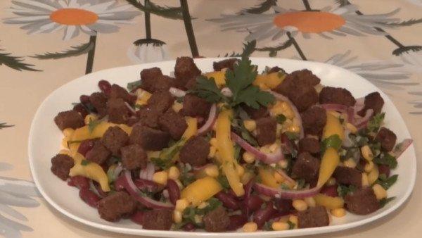 Постный салат с фасолью и сухариками