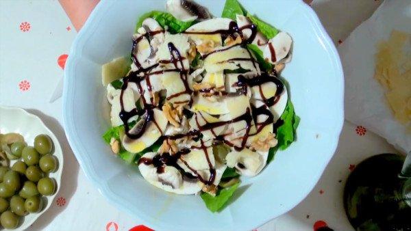 Салат с сырыми шампиньонами, орехами и оливками