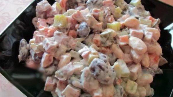 Салат с грибами, колбасой и луком