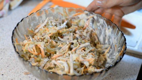 """Салат с зеленым горошком и свининой """"Обжорка"""""""