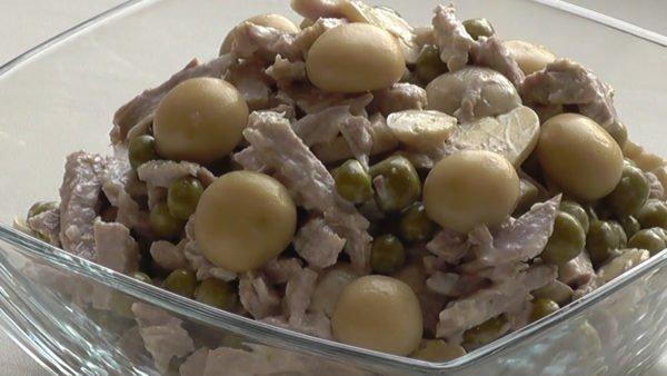 Салат с зеленым горошком и свининой