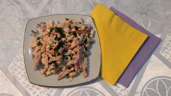 Острый салат с сыром, ветчиной и помидорами