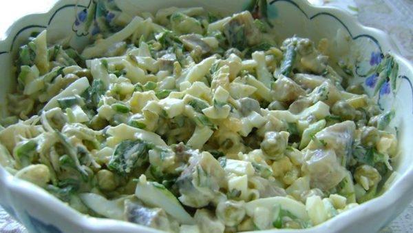 Салат с яйцами, луком и горошком