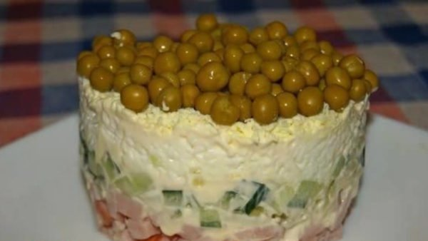 Салат с горошком и карбонатом