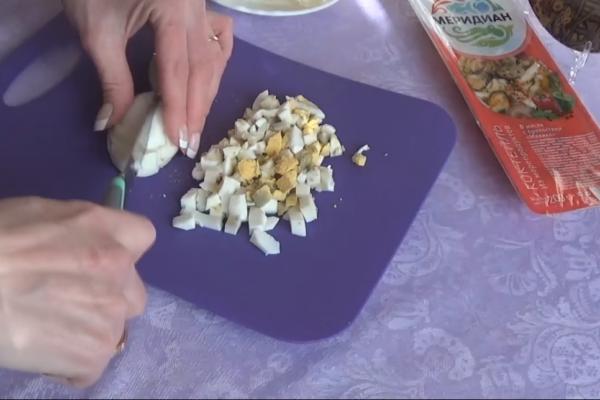 Нарезаем яйцо