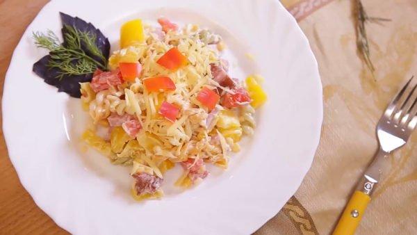 Салат с сыром, ветчиной и овощами