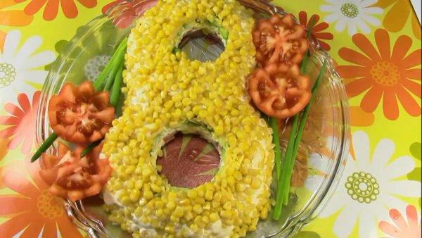 Слоеный салат с сыром, ветчиной и яйцом
