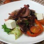 Тёплый салат с сыром, свеклой и листьями салата