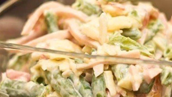 Салат с сыром, ветчиной и фасолью